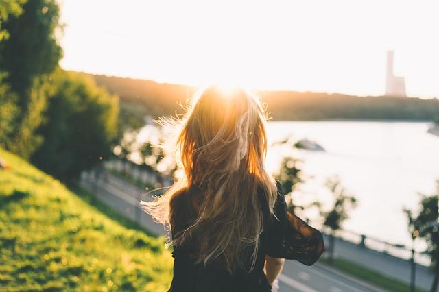 slunce, dívka