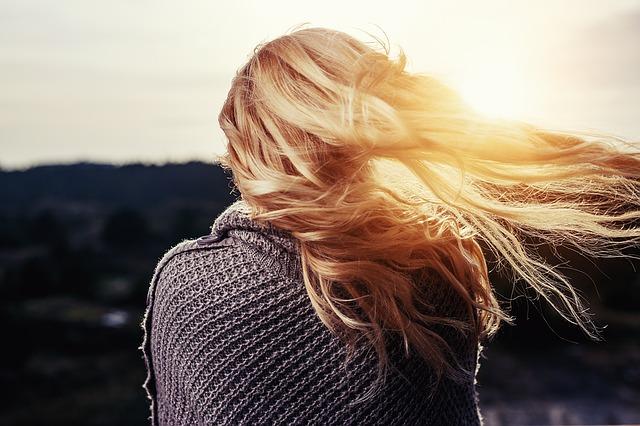 blondýna ve větru