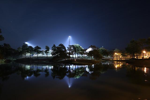 noční fotografie jezera