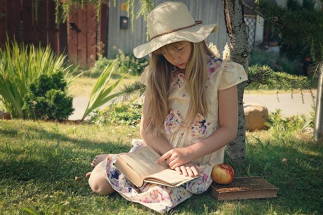 dítě které si čte