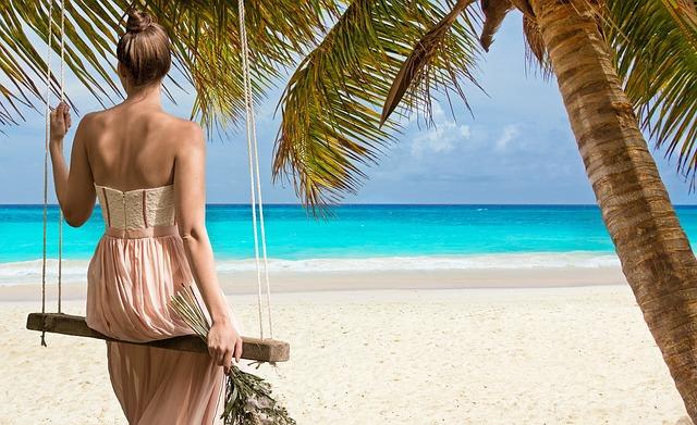žena na pláži
