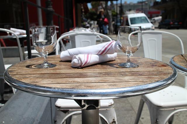 kulatý dřevěný stůl