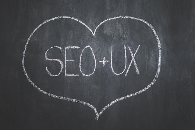 nápis SEO+UX v srdci křídou na tabuli
